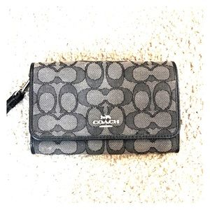 💕 Coach black gray medium jacquard wristlet 💕